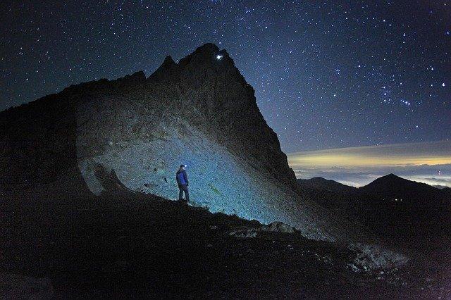 Cómo orientarse en una caminata de senderismo en las montañas